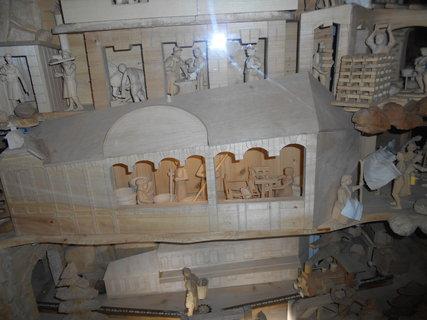 FOTKA - Dřevěné figurky se pohybují po koljnici
