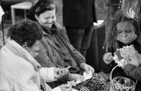 FOTKA - Sarinka rozdava kocicky  seniorkam