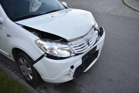 FOTKA - nabouraná přední část auta