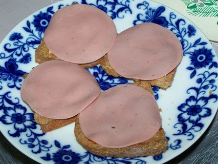 FOTKA - Chleba smažený ve vajíčku-salám podle chuti