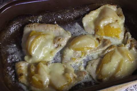 FOTKA - Kuřecí plátky s broskví, sýrem a šlehačkou