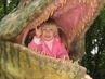 dcerka v dinoparku
