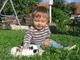 Adámek si hraje s mazlíkem