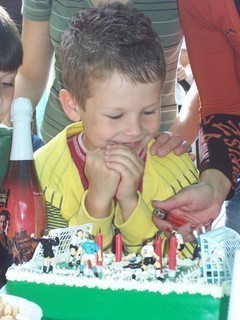 FOTKA - Tomík je nadšený z dortu