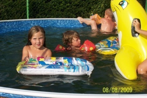 FOTKA - Deniska v bazénu