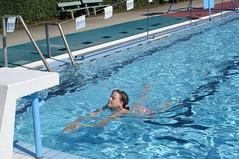 FOTKA - Sama v 50 metrovém bazénu