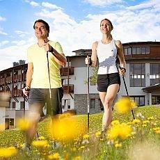 Chůze, která léčí: Jak nanordic walking avýběr turistikých holí