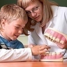 Kdo naučí děti správně si čistit zuby?