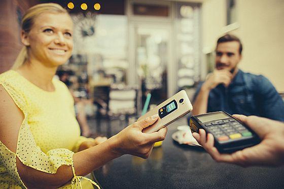 Ke kreditní kartě od Hello bank! si můžete bezplatně vyžádat i bezkontaktní platební nálepky. A usnadnit si tak placení.