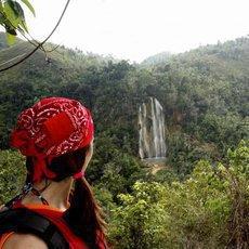 Objevte 27 přírodních tobogánů uprostřed tropického pralesa