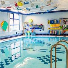 První lekci plavání si s dětmi hlavně užijte!