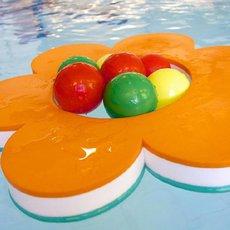 Dětem vezměte do bazénu tradiční kruh i hokejový puk
