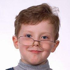 kluk s brýlemi