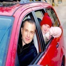 Parkováním venku riskujete poškození vozu spadlým sněhem i rampouchy