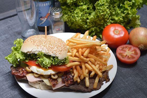 Pokud si chcete jednou za čas dopřát kvalitní hamburger nebo jiné kalorické jídlo, rozhodně se nemusíte stresovat přesným obsahem bílkovin