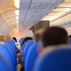 Co vzít na palubu letadla a co radši nechat doma?